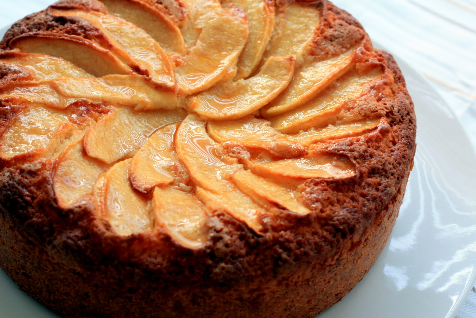 Receta f cil de bizcocho de yogur con manzana el past s for Bizcocho de yogur de limon esponjoso facil